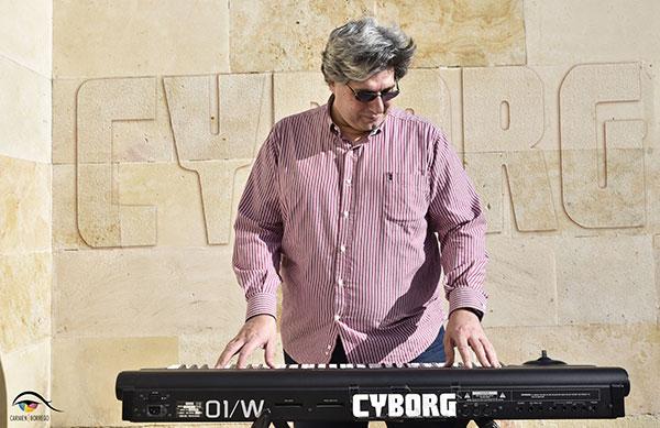 FerCyborg con su sintetizador