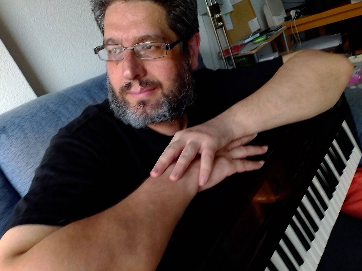 fercyborg sintetizador en brazos