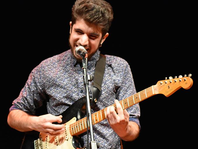 Antonio Llorente (voz y guitarra eléctrica)
