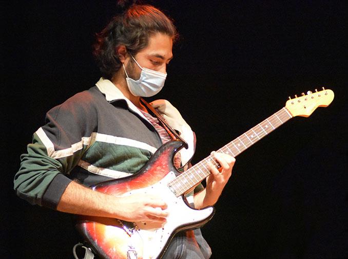 Bruno Martín a la guitarra eléctrica