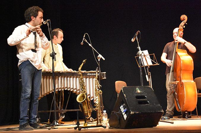 El trío, con flauta, vibráfono y contrabajo