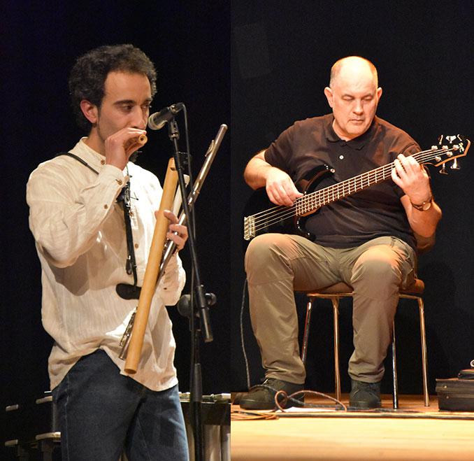 César con diversas flautas y Óscar con el bajo eléctrico