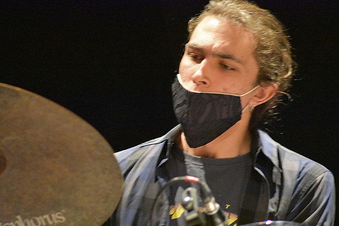 Esteban Lavigne a la batería