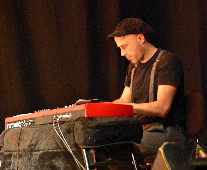 Fernando Jiménez alterna el saxo con los teclados