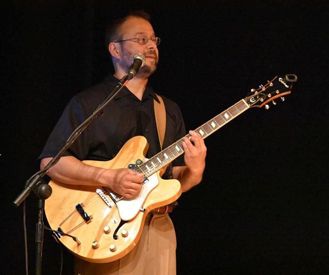 Raúl a la guitarra