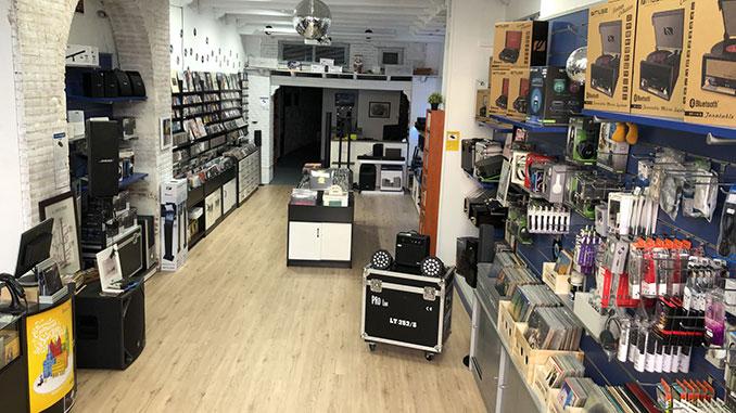 Interior de la tienda de discos Long Play, en Salamanca