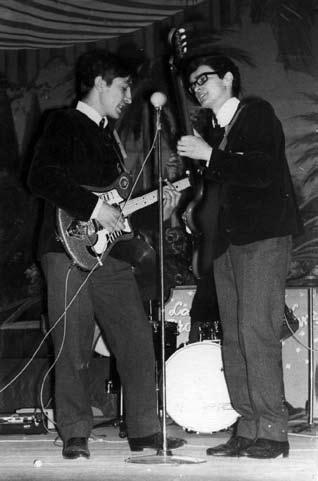 A dúo con el bajista. La  guitarra de Nano es ya  su Eko