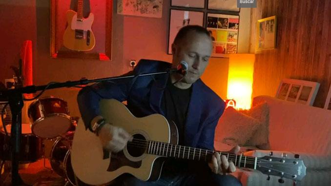 Juan José Valle a la guitarra acústica